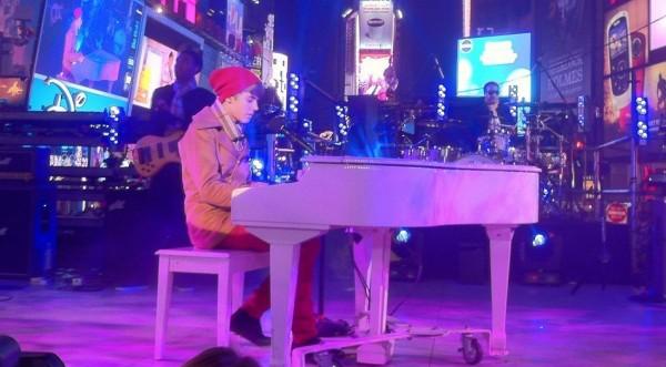 Justin Bieber es criticado por su presentación en Times Square