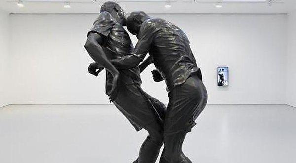 Cabezazo de Zidane en una escultura