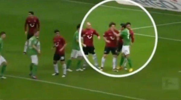 Claudio Pizarro le dio una cachetada a rival