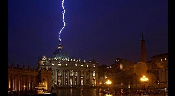 Video: ¡Increible! Rayo impacta en el Vaticano luego de la renuncia del Papa