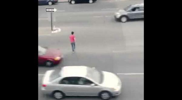 ¡Increíble! Joven arriesga su vida cruzando una autopista haciendo
