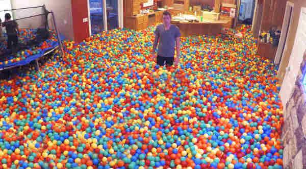 ¿Te imaginas convertir tu casa en una piscina de pelotas? - VIDEO