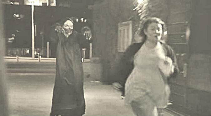 ¡Aterrador! Fantasma volador asustó a varios transeúntes – VIDEO