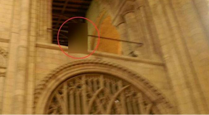 ¡Espeluznante! Fotografiaron a un supuesto obispo fantasma en catedral - FOTO