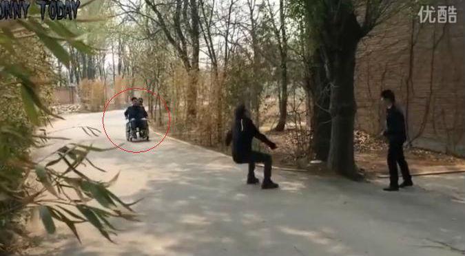 ¡Milagro! En plena broma hombre en silla de ruedas vuelve a caminar – VIDEO