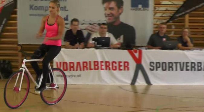 ¡Alucinante! No vas a creer los trucos que hace esta chica con una bicicleta – VIDEO