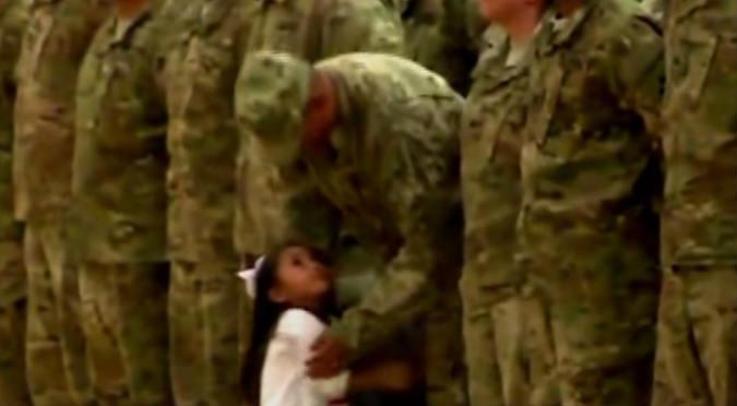 ¡Te hará llorar! Niña no soportó más y corrió a abrazar a su papá soldado - VIDEO