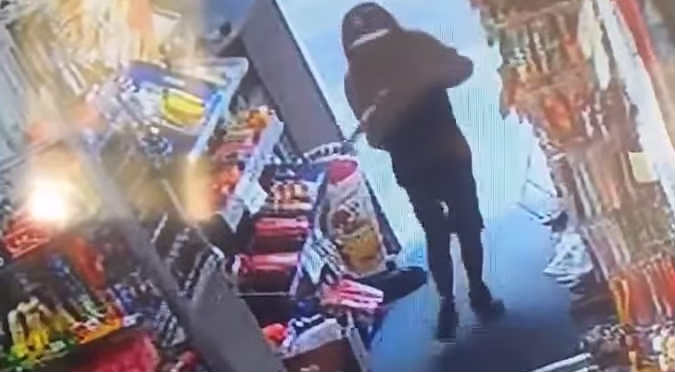 Niños intentaron robar con arma de juguete pero fueron echados a escobazos - VIDEO