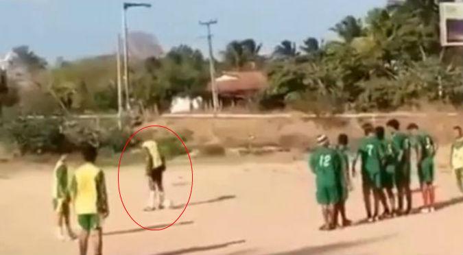 Facebook: Tiro libre estilo 'patada de burro' que termina en gol ya es viral – VIDEO