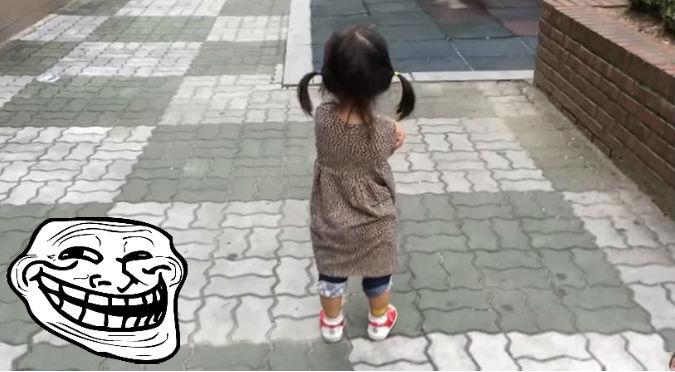 YouTube: Esta niña estaba molesta, pero el sonido de sus zapatos hicieron que…