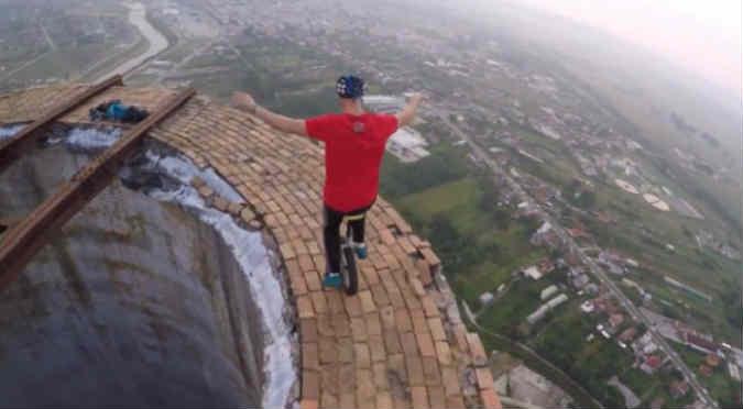 YouTube: Malabaristas querían demostrar su habilidad a 250 metros de altura y esto pasó