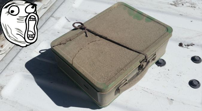 Twitter: Abrió una maleta oculta por años y esto encontró