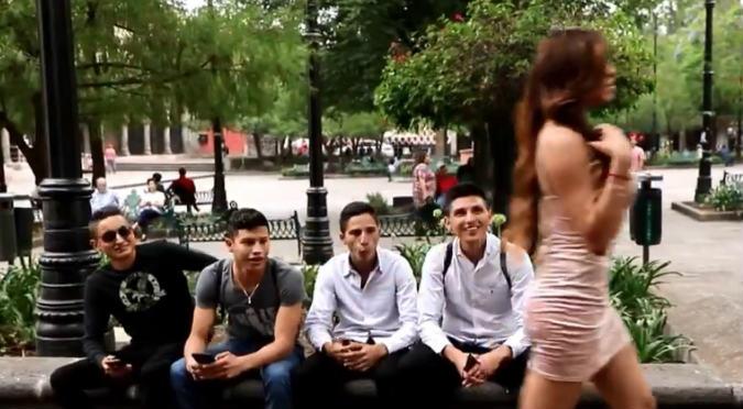 Facebook: Besaron a sexy mujer, pero el final es inesperado (VIDEO)