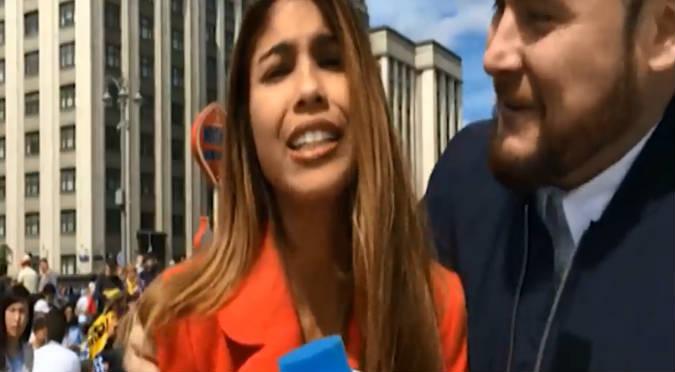 Rusia 2018: Hombre besó a reportera sin su consentimiento (VIDEO)