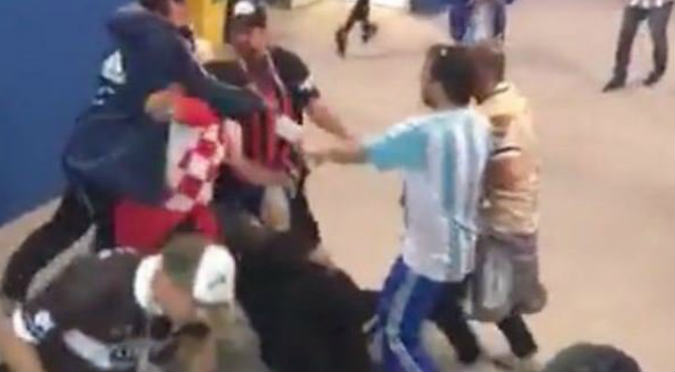 Hinchas argentinos golpearon a croatas en pleno estadio (VIDEO)