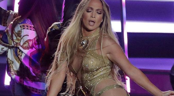 Jennifer López sufre bochornosa caída en pleno concierto (VIDEO)
