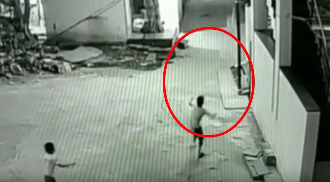 Niño cae 12 metros de altura y se salva gracias a su amigo (VIDEO)