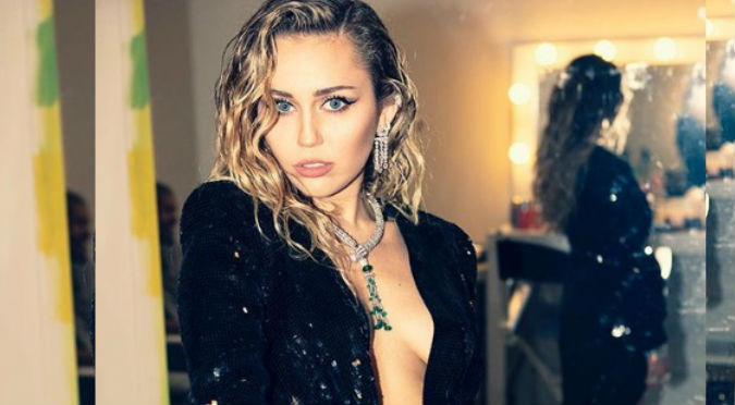 Miley Cyrus se desnuda en medio de la playa (FOTOS)