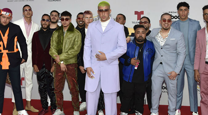 Bad Bunny se luce con uñas postizas y ropa color lila en los Billboard 2019 (VIDEO)