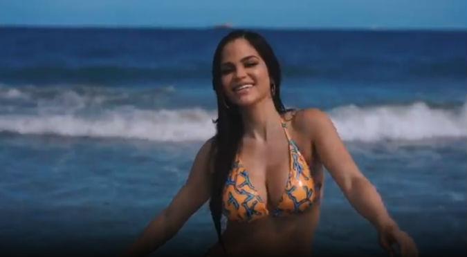 Natti Natasha sufrió percance al posar en sexy bikini (VIDEO)