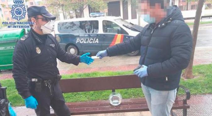 """Un hombre en España sacó a """"pasear"""" a sus peces y terminó multado"""