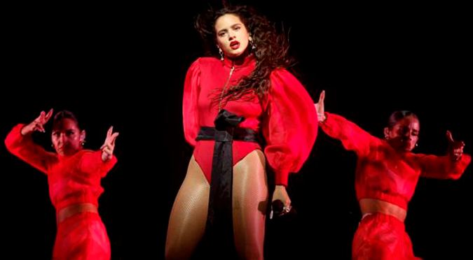 Rosalía enciende Instagram al posar con un atrevido vestido rojo