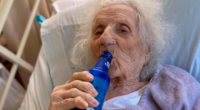 Mujer de 103 años vence el COVID-19 y lo celebra con una cerveza   VIDEO