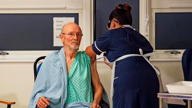 William Shakespeare fue la segunda persona que recibió la vacuna contra el COVID-19 en el Reino Unido | VIDEO
