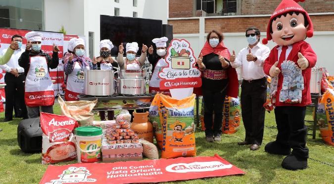 Caja Huancayo entrega los primeros kits de ollas comunes en compañía de la titular del MIDIS